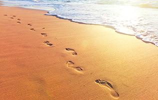 Der trockene Fußabdruck im nassen Sand