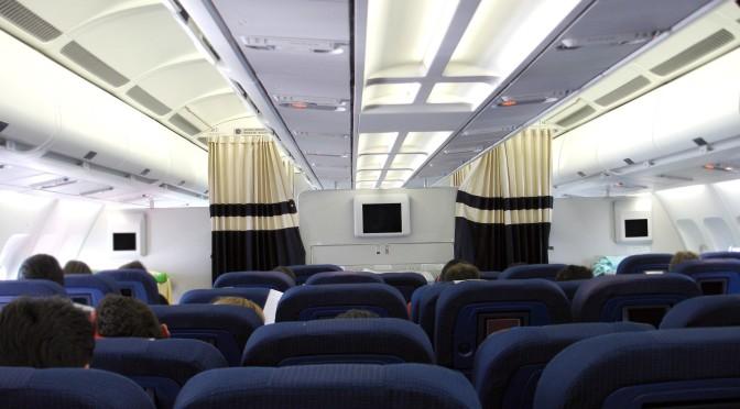 Was würde passieren, wenn man im Flugzeug die Tür öffnet?